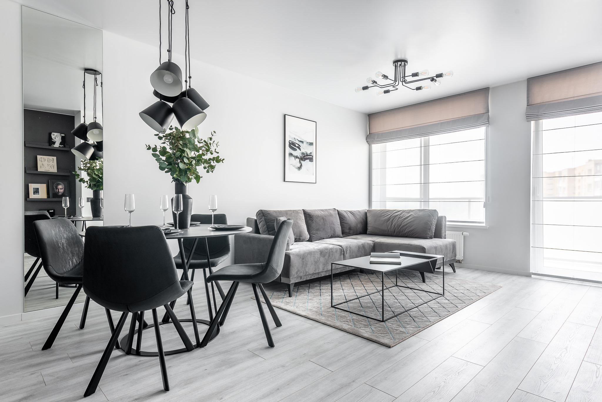 Pilka spalva 2 kambarių buto interjere