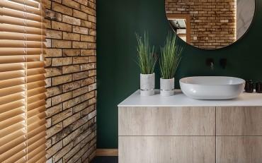 Medinės žaliuzės – ilgaamžė langų uždanga, suteikianti namams solidumo