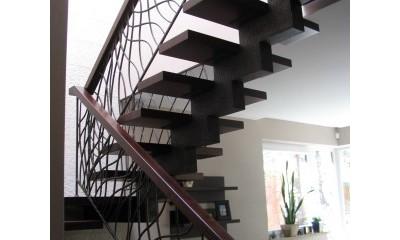 Betoniniai laiptai sus sija