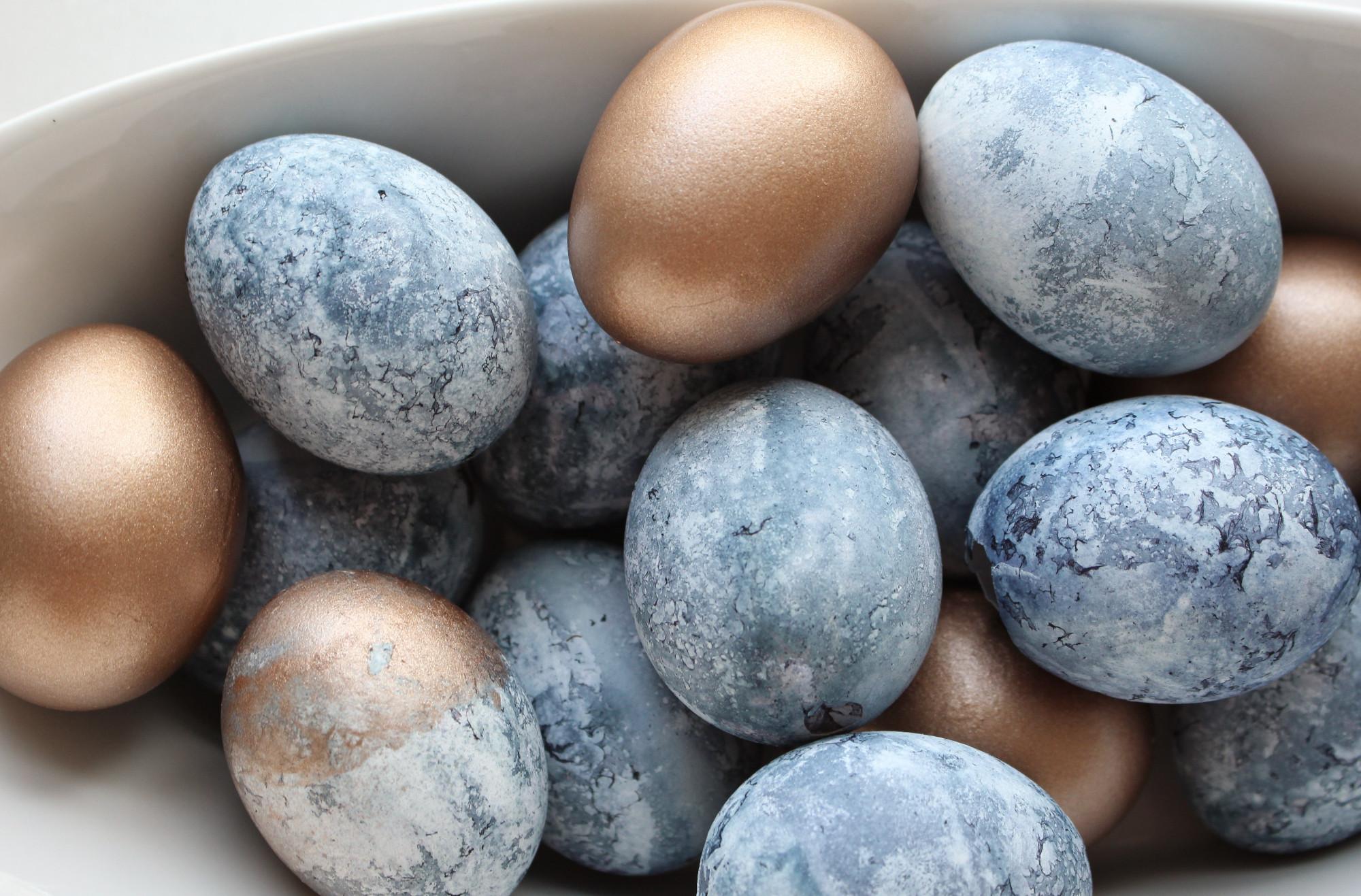 Ruošiantis Velykoms kiaušinių dekoravimas
